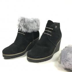 cubre botas de color gris claro